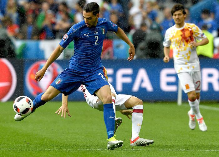 epa05394530 Mattia De Sciglio of Italy (front) and Juanfran of Spain in action during the UEFA EURO 2016 round of 16 match between Italy and Spain at Stade de France in St. Denis, France, 27 June 2016.  (RESTRICTIONS APPLY: For editorial news reporting purposes only. Not used for commercial or marketing purposes without prior written approval of UEFA. Images must appear as still images and must not emulate match action video footage. Photographs published in online publications (whether via the Internet or otherwise) shall have an interval of at least 20 seconds between the posting.)  EPA/GEORGI LICOVSKI   EDITORIAL USE ONLY