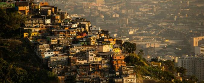 (150807) -- RIO DE JANEIRO, Aug. 8, 2015 (Xinhua) -- Photo taken on Aug. 7, 2015 shows a favela (front) and downtown buildings during sunrise in Rio de Janeiro, Brazil. (Xinhua/Xu Zijian)